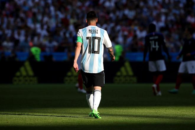 Lionel Messi được vợ đón ở sân bay Barcelona - Bóng Đá