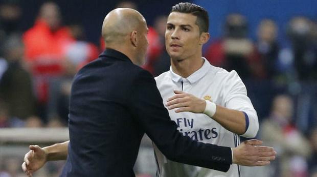 Zidane tha thiết thuyết phục Ronaldo: Hãy ở lại, chúng tôi cần cậu! - Bóng Đá