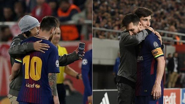 CĐV tự do xuống sân ôm hôn Messi trong trận đấu với Olympiakos - Bóng Đá