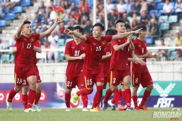Niềm vui của các cầu thủ Việt Nam khi vượt qua ĐT Hong Kong (TQ) trên chấm 11m để có mặt ở trận chung kết AYA Bank Cup 2016 trên đất Myanamar. Ảnh: Gia Minh.