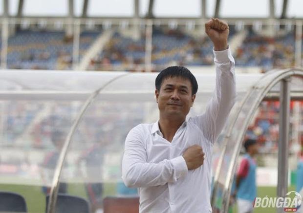Giành chiến thắng nghẹt thở trước Hong Kong (TQ), trên chấm luân lưu, HLV Hữu Thắng tri ân người hâm mộ bằng hành động đặt tay lên ngực. Ảnh: Gia Minh.