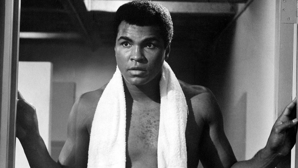 The Greatest (1977): Trong bộ phim tiểu sử năm 1977, đích thân Ali sắm vai bản thân và kể lại cuộc đời mình. Nội dung phim bao gồm nhiều cột mốc quan trọng, như chiến thắng tại Olympic của ông dưới tên Cassius Clay, việc chuyển tín ngưỡng sang đạo Hồi và đổi tên thành Muhammad Ali, sự kiện từ chối tham gia chiến tranh Việt Nam, những tranh chấp pháp lý sau khi ông bị tước đai vô địch thế giới… Ảnh: Internet.
