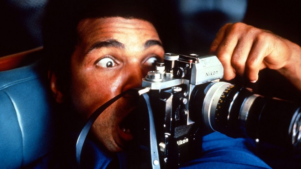 """When We Were Kings (1996): Tác phẩm tài liệu dài 90 phút tập trung xoay quanh trận đấu giữa Ali và George Foreman năm 1974 - sự kiện thể thao được báo chí gọi là """"The Rumble in the Jungle"""" (Trận thư hùng trong rừng xanh). Theo dõi When We Were Kings, người xem còn hiểu được những ảnh hưởng chính trị của nó bởi cuộc đấu diễn ra ở châu Phi. Phim được giới phê bình ca ngợi hết lời và thắng giải Phim tài liệu xuất sắc tại Oscar 1997. Cả Ali và Foreman đều có mặt trên sân khấu trao giải cùng đoàn làm phim và tuyên bố rõ rằng họ đã làm hòa sau trận thư hùng năm xưa. Ảnh: Internet."""