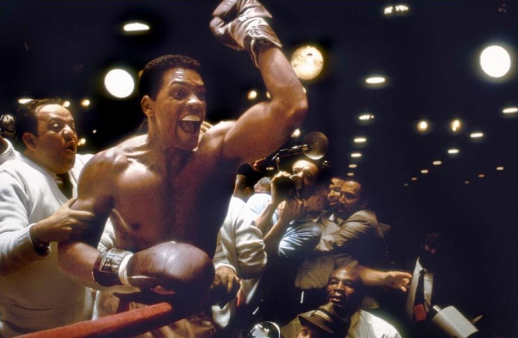 Ali (2001): Đây là tác phẩm điện ảnh nổi tiếng nhất về Muhammad Ali, do đạo diễn Michael Mann thực hiện. Trong phim, Will Smith sắm vai huyền thoại và vai diễn mang về cho tài tử da màu đề cử Oscar Nam diễn viên chính xuất sắc đầu tiên trong sự nghiệp hồi 2002. Phim cũng giúp một cá nhân khác là Jon Voight - cha của minh tinh Angelina Jolie, nhận đề cử Oscar Nam diễn viên phụ xuất sắc năm ấy. Ảnh: Internet.