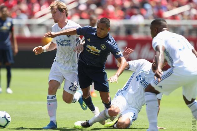 Sanchez le lói ở trận San Jose - Bóng Đá