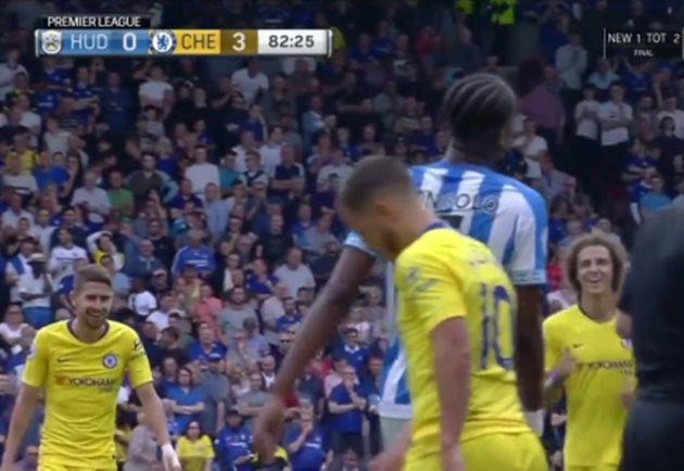 Ảnh Jorginho cười tít mắt sau pha rê bóng của Hazard - Bóng Đá