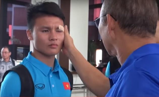 Thầy Park dán băng cho Quang Hải - Bóng Đá