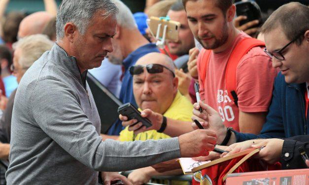 CĐV M.U hài lòng vì Mourinho đến khán đài sau trận - Bóng Đá