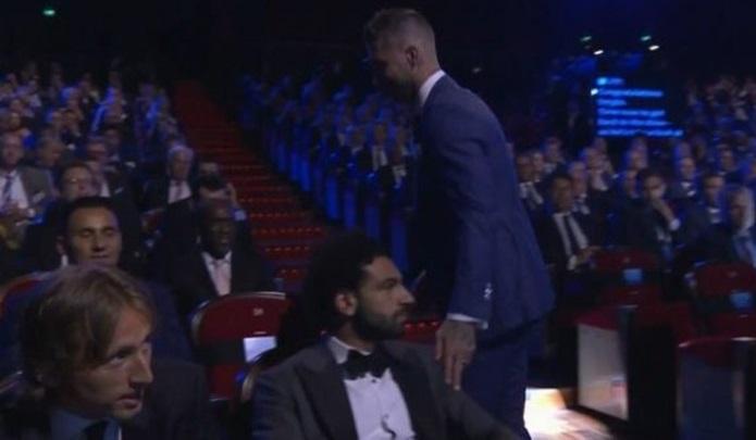 Fan Liverpool phát hiện Salah vẫn bị chấn thương vai - Bóng Đá