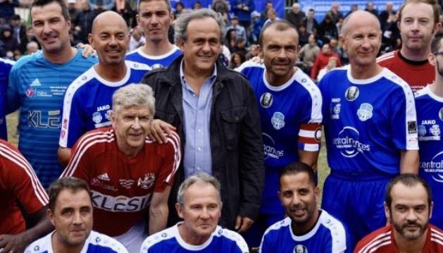 Wenger xỏ giày đá bóng ở trận giao hữu Platini - Bóng Đá