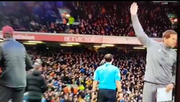 Carragher để ý thấy HLV thủ môn Liverpool chỉ đạo Alisson bắt pen - Bóng Đá