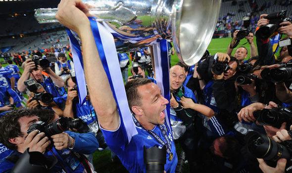 Terry lý giải về việc mặc áo nâng cúp C1 2012 - Bóng Đá