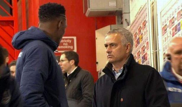 Mourinho nói chuyện với Mina trong đường hầm MU - Bóng Đá