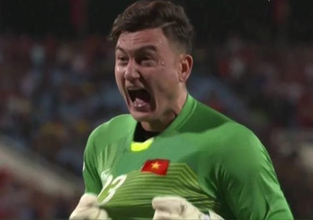 Văn Lâm ăn mừng bàn thắng Anh Đức - Bóng Đá