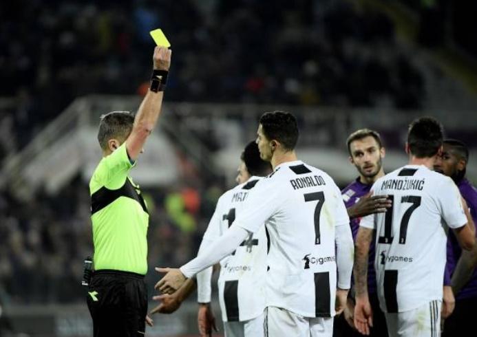 Vừa ghi bàn, Ronaldo đã bị dính thẻ và rời sân - Bóng Đá