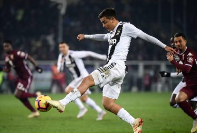 Chọc tức thủ môn đối phương, Ronaldo mỉm cười nhận thẻ - Bóng Đá