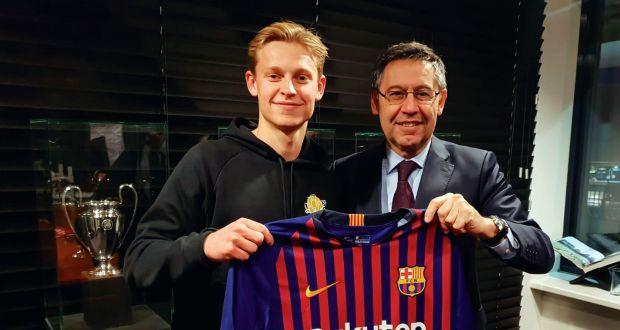 De Jong đi bóng hành Modric và Vinicius - Bóng Đá