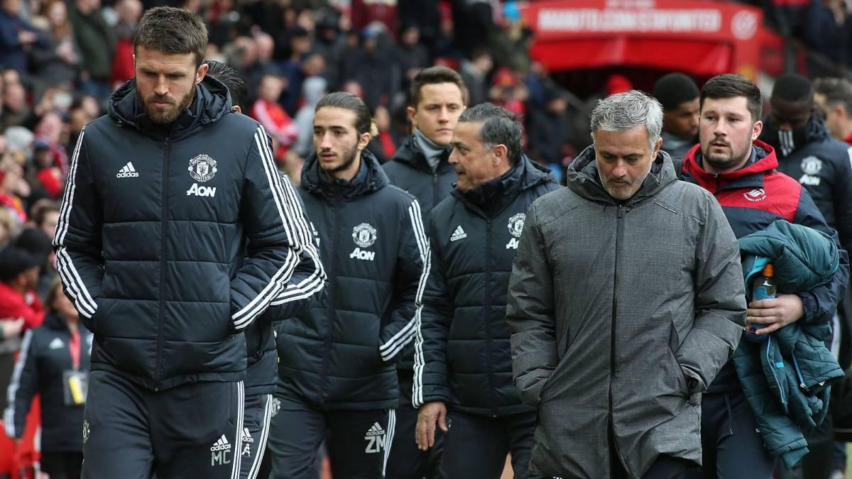 Ảnh Mourinho đá bóng cùng con trai - Bóng Đá