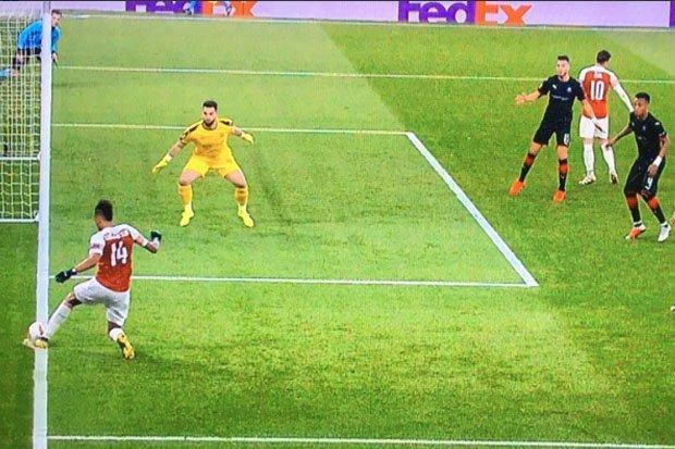 Ozil không thèm nhìn Aubameyang kiến tạo - Bóng Đá