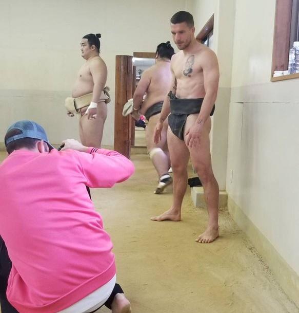 Podolski lên sàn sumo - Bóng Đá