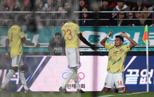 Ném hộp y tế, Falcao dính thẻ vàng trận Hàn Quốc - Bóng Đá