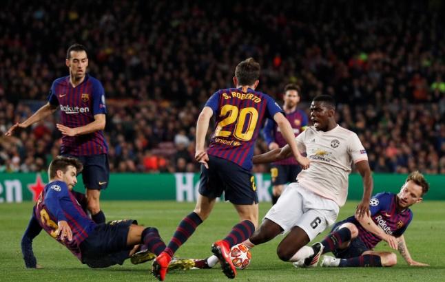 Neville ném đá Pogba - Bóng Đá