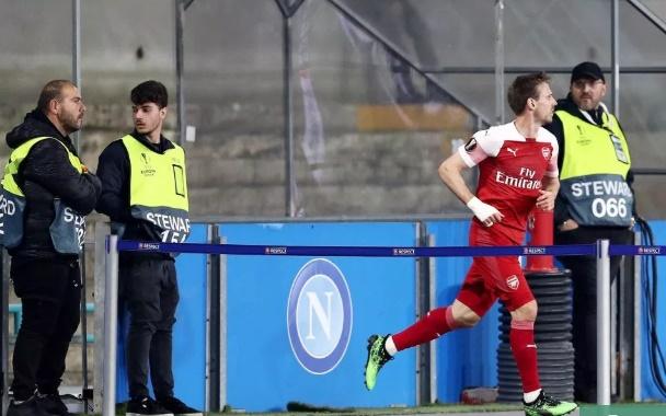 Monreal rời sân giữa trận - Bóng Đá