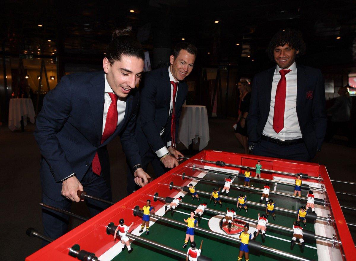 Dàn sao Arsenal cười toe toét khi đi từ thiện - Bóng Đá