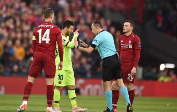 Messi nhấn đầu Robertson, Henderson phải can ngăn - Bóng Đá