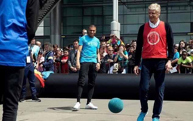 Mbappe và Wenger tham gia trận đấu cùng trẻ em - Bóng Đá