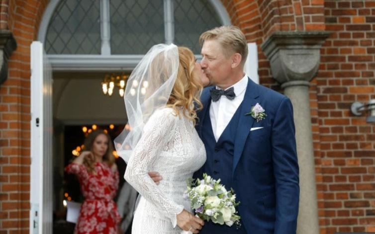 Man Utd legend Peter Schmeichel celebrates marriage to stunning Laura von Lindholm with big kiss - Bóng Đá