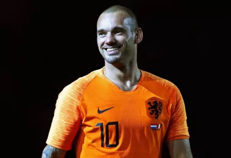 'Drunk' Wesley Sneijder arrested for dancing on car roof causing £5.4k damage - Bóng Đá