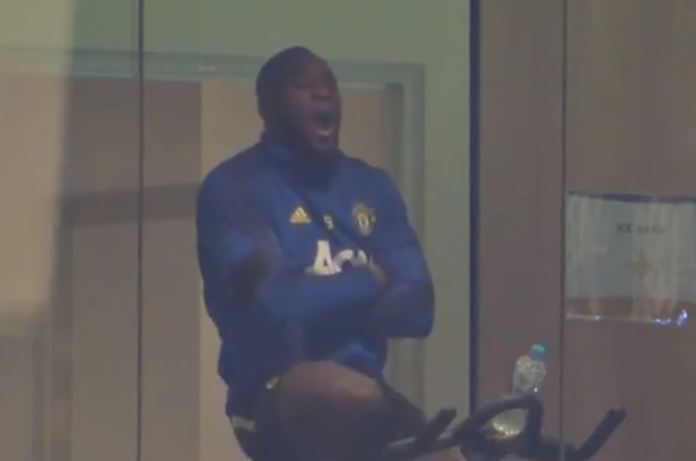 Romelu Lukaku caught yawning on exercise bike after missing Manchester United training session   - Bóng Đá
