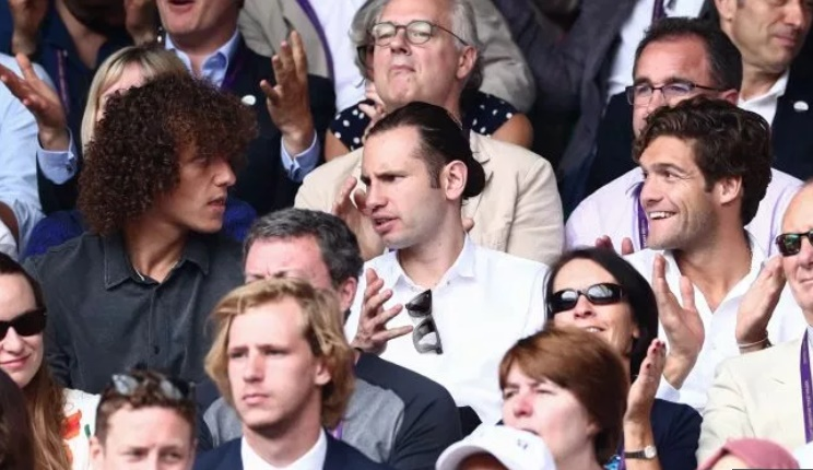 Chelsea star David Luiz ruins Wimbledon fan's day by blocking his view of Federer vs Djokovic with his HAIR - Bóng Đá