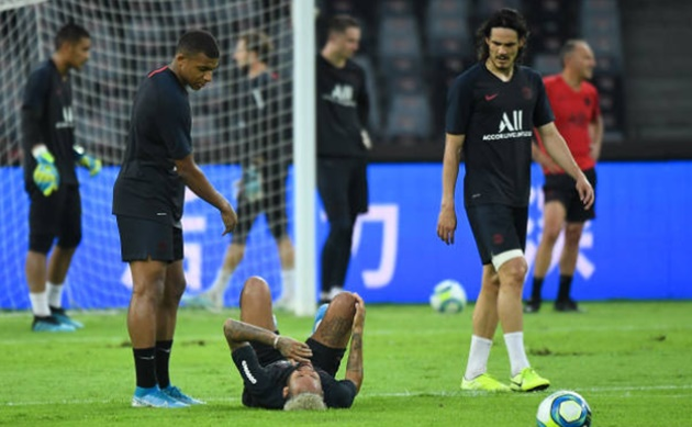 Kylian Mbappe visibly pushes Neymar out of PSG's Super Cup celebrations - Bóng Đá