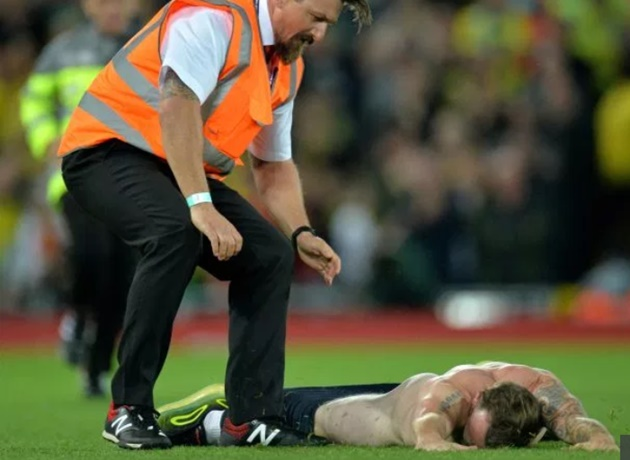 Streaker felled by security during Liverpool clash with Norwich and Firmino loved it - Bóng Đá