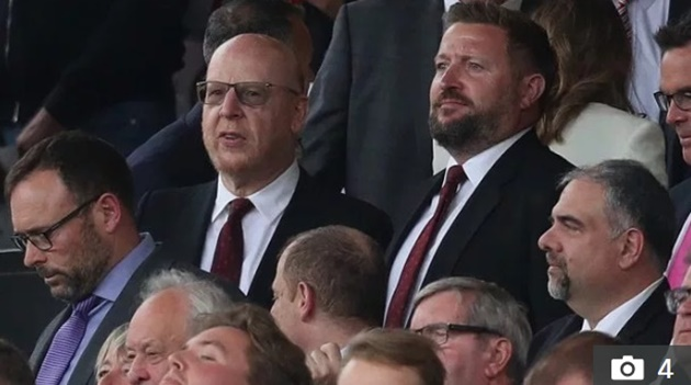 Angry Man Utd fans fly massive #GlazersOut banner over Old Trafford for Chelsea clash with owner Avram looking on - Bóng Đá