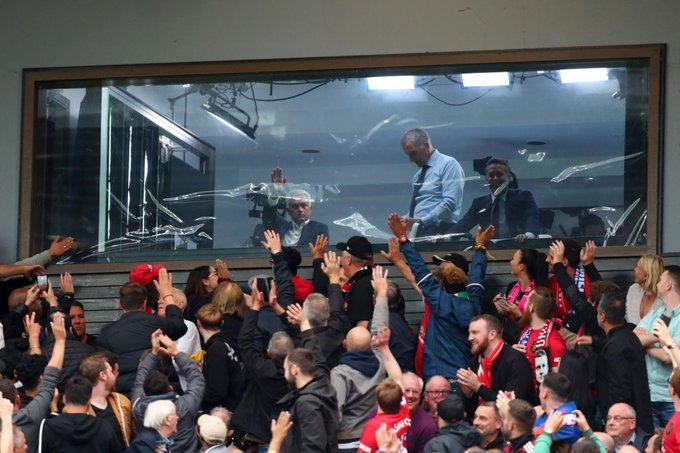 CĐV Man Utd vỗ tay chào Mourinho - Bóng Đá