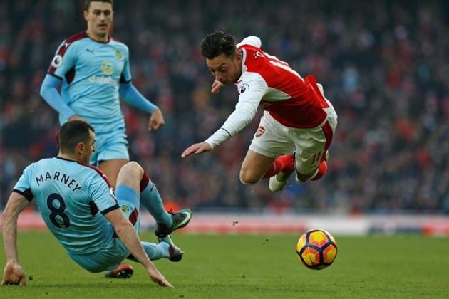 Arsenal star Ozil bundled into back seat of his car by security  - Bóng Đá