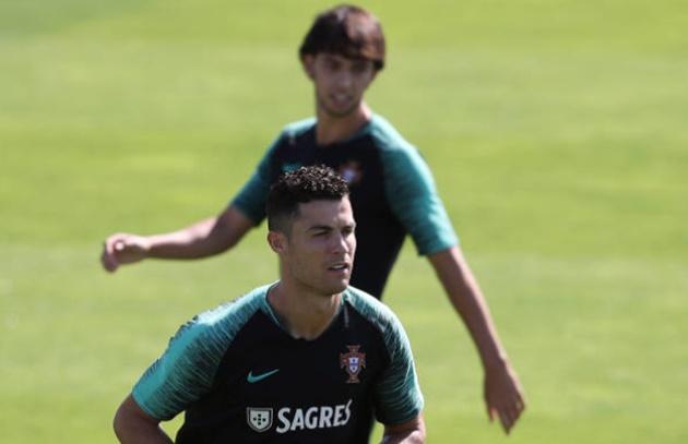 Ảnh Bồ Đào Nha tập, Ronaldo ngửi tóc Renato Sanches - Bóng Đá