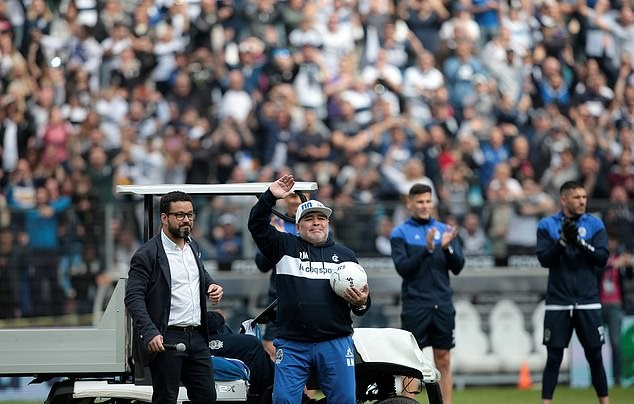 Tearful Diego Maradona leads raucous crowd in anti-English chants as new boss arrives for first training session at Gimnasia's stadium - Bóng Đá