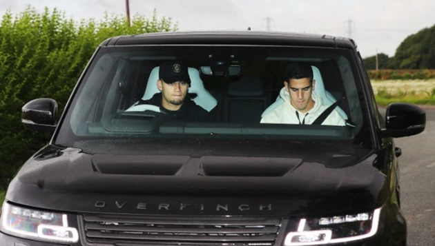 'Pogba Out' sign outside Man Utd training ground removed as players arrive at Carrington - Bóng Đá