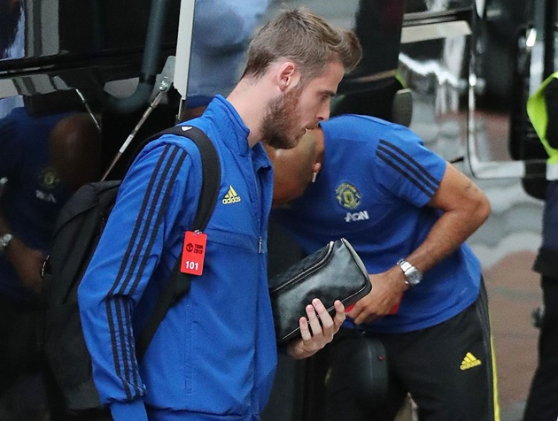 Pictures: Manchester United players arrive at hotel ahead of Leicester City match - Lingard bị trảm - Bóng Đá