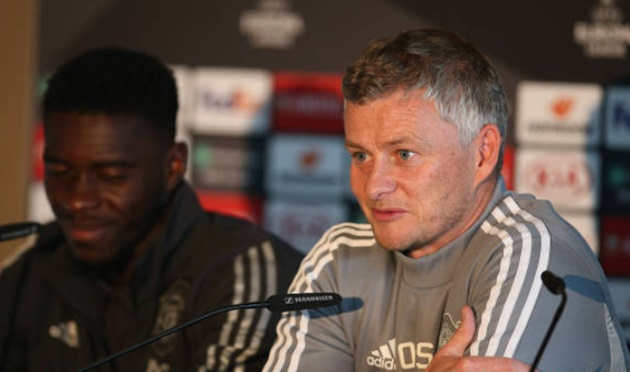Manchester United: Fans joke about Ole Gunnar Solskjaer still playing for the club - Solskjaer sút bóng vào thùng - Bóng Đá
