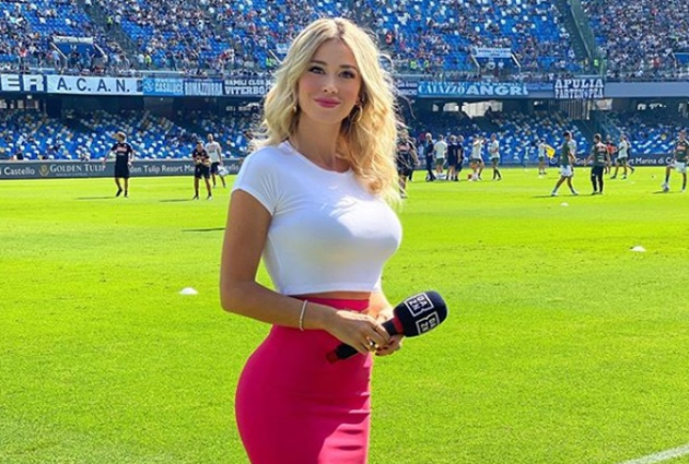 Stunning Italian TV presenter Diletta Leotta wags finger and puts thumbs down as Napoli fans sing 'get your t*** out' - Bóng Đá