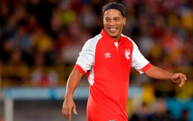 Brazil legend Ronaldinho rolls back the years with stunning no-look assist as he turns out for Colombian side Sante Fe in a friendly - Bóng Đá