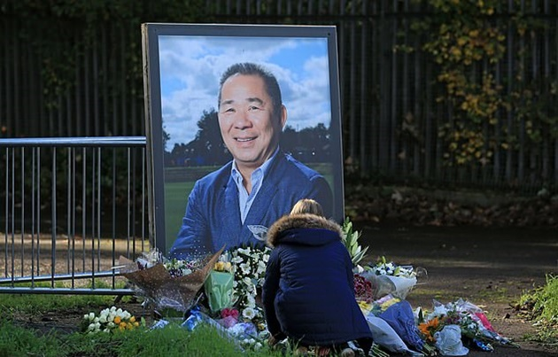 Leicester City fans pay tribute to Vichai Srivaddhanaprabha as Foxes mark year since late owner died in tragic helicopter crash - Bóng Đá