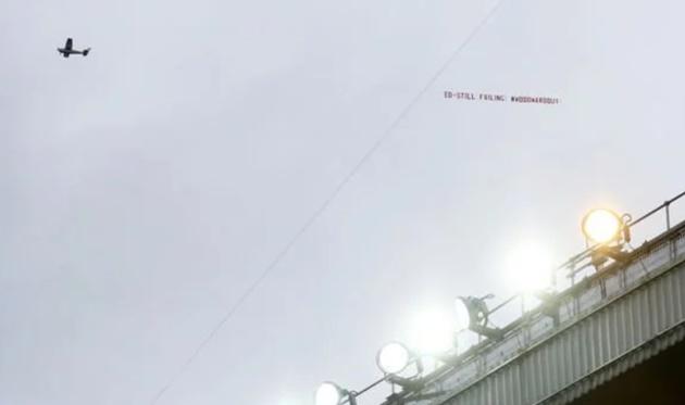 Fan M.U thuê máy bay đòi đuổi Woodward - Bóng Đá