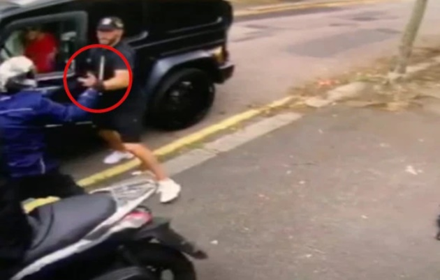 Dramatic moment Arsenal's Sead Kolasinac lunges at blade-wielding moped thugs as they attempt to rob him and pal Ozil - Bóng Đá