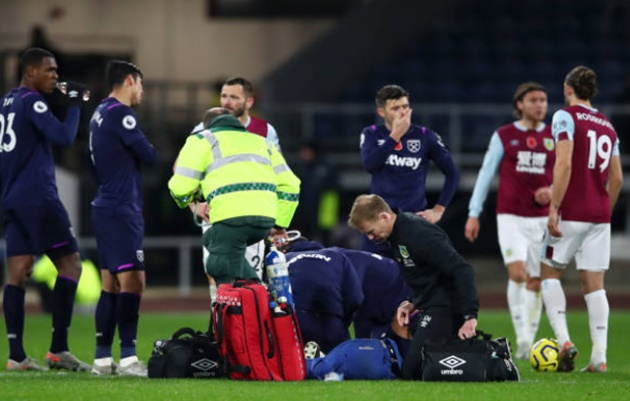 Manuel Lanzini suffers horror shoulder injury as West Ham ace leaves stadium in an ambulance - Bóng Đá
